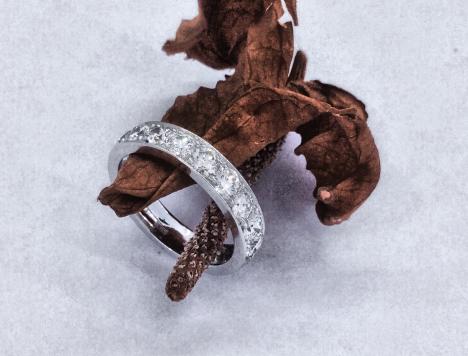 Anello a fascia realizzato in oro bianco rodiato con 10 diamanti taglio brillante per un totale di 1 carato