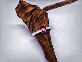 Anello realizzato in oro bianco rodiato con rubino taglio ovale e 6 diamantini laterali taglio brillante